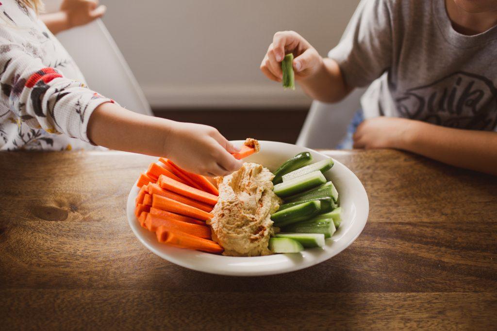 kids-eating-healthy-snack-9JN3UJT